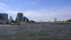BANGKOK, THAILAND - December 22, 2017: Mening van de Chao Phraya-rivier en de stad stock videobeelden