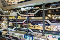 BANGKOK, THAILAND - December 24, 2017: mensen binnen het Pantip-Plein, grootste het elektronische en software winkelen complex in Stock Foto's
