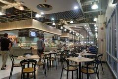 BANGKOK, THAILAND - December 13, 2017: Modern binnenland van voedselhof Tesco Lotus Samui Royalty-vrije Stock Afbeeldingen