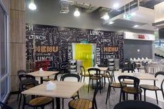 BANGKOK, THAILAND - December 13, 2017: Modern binnenland van voedselhof Tesco Lotus Samui Stock Foto