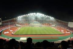 Bangkok Thailand - December 8, 2016: Nattscapesikt av Rajamangala stadion med oidentifierade supportrar för match Royaltyfri Foto