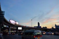 Bangkok THAILAND - December 27: 2014 Nattsikten Victory Monument är en stor militär monument i Bangkok på December 27: 2014 I Royaltyfri Fotografi