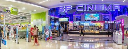BANGKOK THAILAND - DECEMBER 16: Ny filial för SF-bio som är fungerande i den BigC extrahjälpPetchkasem stormarknaden på December  royaltyfri fotografi