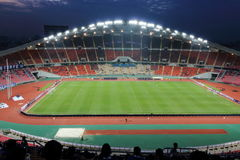 Bangkok Thailand - December 8, 2016: Oidentifierade supportrar i Rajamangala nationell fotbollsarena av Thailand AFF SUKUKI Cu Fotografering för Bildbyråer