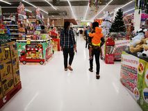 BANGKOK THAILAND - DECEMBER 31: Oidentifierat folk som går i supermarket på December 31, 2018 i Bangkok, Thailand royaltyfri foto