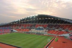 Bangkok Thailand - December 8, 2016: Panoramautsikt av nationell stadion för Rajamangala hem av Thailand mot skymninghimmel för Royaltyfria Bilder