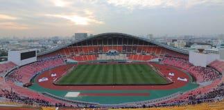 Bangkok Thailand - December 8, 2016: Panoramautsikt av nationell stadion för Rajamangala hem av Thailand mot skymninghimmel för Arkivbilder