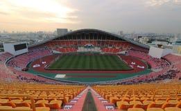 Bangkok Thailand - December 8, 2016: Panoramautsikt av Rajamangala nationell fotbollsarena för finalmatch till natten Arkivfoton