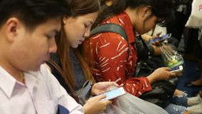 BANGKOK, THAILAND - 18 DECEMBER, 2018: Passagier bij de post van BTS Skytrain in Bangkok Thailand, iedereen die neer bekijken stock video