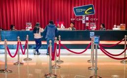 BANGKOK THAILAND - DECEMBER 16: Purc för två oidentifierad kunder Royaltyfri Foto