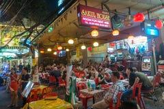 BANGKOK THAILAND - December 23, 2017: Rambuttri gränd på natt, en populär Khaosan för matgata nästan väg och berömt område f fotografering för bildbyråer