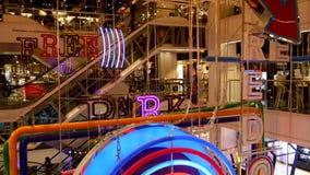 BANGKOK THAILAND - 18 DECEMBER, 2018: Siam Centre Inre av en stor modern shoppinggalleriamitt dekorativt stock video