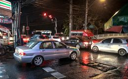 BANGKOK, THAILAND - DECEMBER 26: Spitsuurcommuniters begaat m royalty-vrije stock afbeeldingen