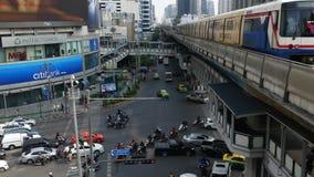 BANGKOK, THAILAND - 18 DECEMBER, 2018: Trein die op stadsstraat berijden Moderne trein die op spoorwegbrug berijden over weg met stock video