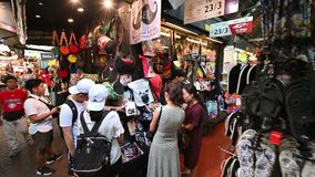 Bangkok Thailand - December 22, 2018: Turist- shopping på den Chatuchak helgmarknaden lager videofilmer