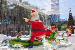 Bangkok, Thailand: December 3, van 2017 Kerstmisdecoratie met Kerstboom, Santa Claus Sculpture, Rendier en ander beeldverhaal Stock Afbeeldingen