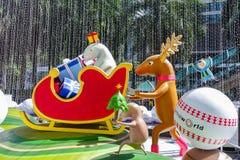 Bangkok, Thailand: December 3, van 2017 Kerstmisdecoratie met Kerstboom, Santa Claus Sculpture, Rendier en ander beeldverhaal Stock Afbeelding