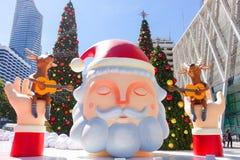 Bangkok, Thailand: December 3, van 2017 Kerstmisdecoratie met Kerstboom, Santa Claus Sculpture, Rendier en ander beeldverhaal Royalty-vrije Stock Afbeelding