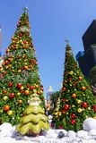 Bangkok, Thailand: December 3, van 2017 Kerstmisdecoratie met Kerstboom, Santa Claus Sculpture, Rendier en ander beeldverhaal Stock Foto