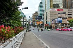 BANGKOK, THAILAND - December 5: Verkeer bij Asoke-kruising tijdens ochtend royalty-vrije stock foto's
