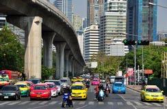 Bangkok Thailand: Den Silom vägen trafikerar Arkivfoton