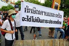 Bangkok/Thailand - 11 24 2012: Det thailändska folket protesterar mot gouvernmenten på den kungliga plazaen Royaltyfria Foton