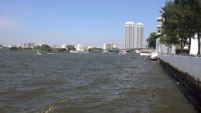 BANGKOK, THAILAND - 22. Dezember 2017: Ansicht des Chao Phrayas und der Stadt stock footage