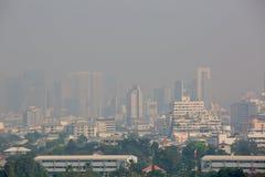 Bangkok, Thailand - 21. Dezember 2018: Bürogebäude unter Smog in Bangkok stockfotos