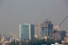 Bangkok, Thailand - 21. Dezember 2018: Bürogebäude unter Smog in Bangkok lizenzfreies stockfoto