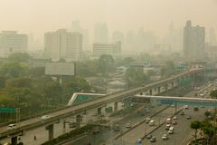Bangkok, Thailand - 21. Dezember 2018: Bürogebäude unter Smog in Bangkok lizenzfreies stockbild