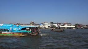 BANGKOK, THAILAND - 22. Dezember 2017: Boot des langen Schwanzes, das auf Chao Phraya River, Touristenattraktionen in Thailand lä stock video