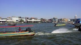 BANGKOK, THAILAND - 22. Dezember 2017: Boot des langen Schwanzes, das auf Chao Phraya River, Touristenattraktionen in Thailand lä stock footage