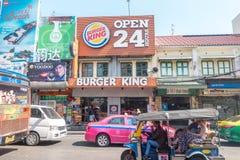 BANGKOK, THAILAND - 21. Dezember 2017: Burger King Advertisement an Straße Khao San in Bangkok Stockfotografie