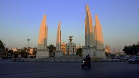 BANGKOK, THAILAND - 21. Dezember 2017: Das Demokratie-Monument in Bangkok stock video