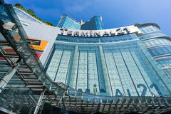 Bangkok, Thailand - 7. Dezember 2015: Die Ansicht von unterhalb von Anschluss 21 (berühmtes Einkaufszentrum an der Kreuzung von B Lizenzfreie Stockfotos