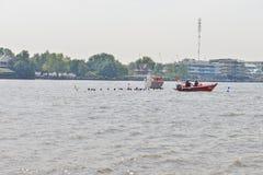 Bangkok, Thailand am 20. Dezember 2015: Die Rettungsmannschaften helfen Lizenzfreie Stockfotografie