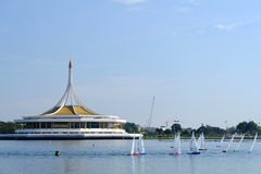 BANGKOK, THAILAND - 14. DEZEMBER: Fernsteuerungssegelboot Königs Regatta, das bei Suanluang RAMA IX, Thailand läuft; Am 14. Dezem Stockbild
