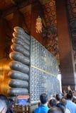 BANGKOK, THAILAND - 29. DEZEMBER 2012: Fuß von stützendem Buddha Stockfoto
