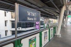 BANGKOK, THAILAND - 25. Dezember 2017: Bangkok-Himmel-Zug oder BTS, Nana Station Lizenzfreie Stockbilder