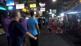 BANGKOK, THAILAND - 22. Dezember 2017: Khaosan-Straße in der Nacht Leute gehen stock video footage