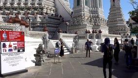 BANGKOK, THAILAND - 22. Dezember 2017: Nicht identifiziertes touristisches Reisen an Wat-arun, Bangkok, Thailand stock footage