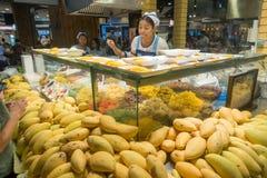 BANGKOK, THAILAND - 26. Dezember 2017: Unbestimmter asiatischer Verkäufer verkauft Mangoteller in einem Einkaufszentrum Anschluss Lizenzfreie Stockfotografie