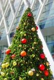 Bangkok, Thailand: Am 3. Dezember 2017 Weihnachtsdekoration mit Weihnachtsbaum, Santa Claus Sculpture, Ren und anderer Karikatur Stockbild