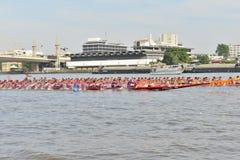 Bangkok, Thailand am 20. Dezember 2015: Zwei Bootsteams in der vollen Geschwindigkeit Stockfotos