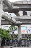 Bangkok/Thailand - 06 23 2013: Die Polizei stellt die gelben Hemden gegenüber, während sie die Bangkok-Künste und die Kultur-Mitt stockbild