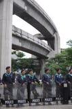 Bangkok/Thailand - 06 23 2013: Die Polizei stellt die gelben Hemden gegenüber, während sie die Bangkok-Künste und die Kultur-Mitt stockfotos