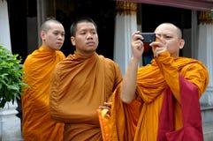 Bangkok, Thailand: Drie Monniken bij Groot Paleis stock afbeeldingen