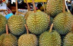 Bangkok Thailand: Durianfrukter på marknadsför Arkivbilder