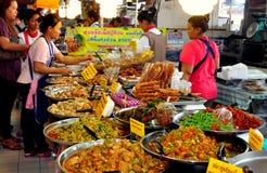 Bangkok Thailand: Eller TorKor mat marknadsför Arkivfoto