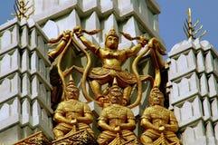 Bangkok Thailand: Förgyllda diagram på templet Prang Royaltyfri Foto